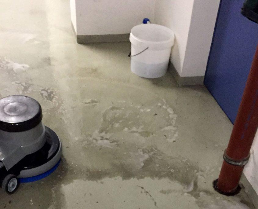 Bodenfläche reinigen