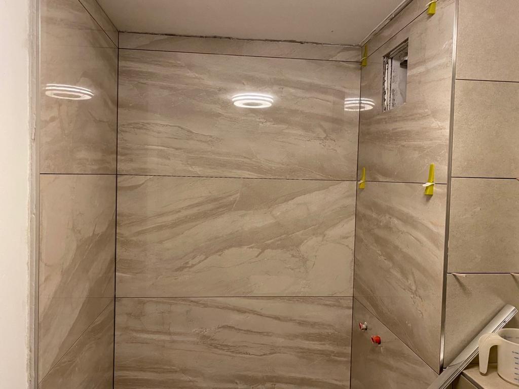 Wandfliesen verlegen in einer Dusche München