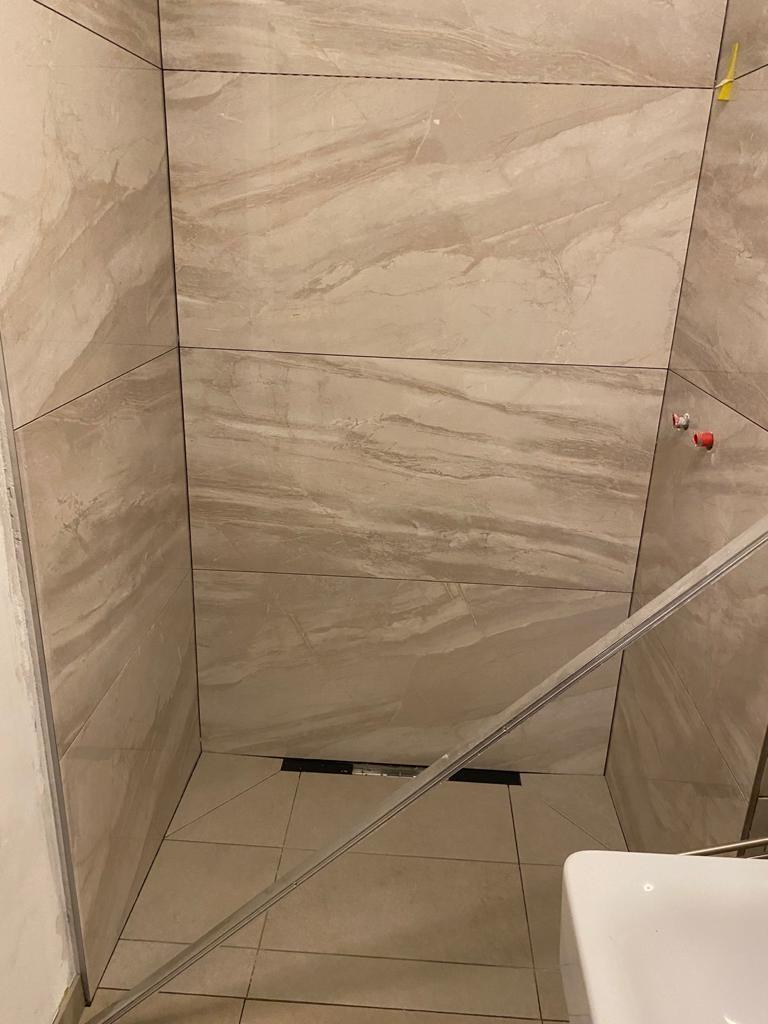 Fertige Dusche nach dem Verlegen vom Fliesenleger Expert in München