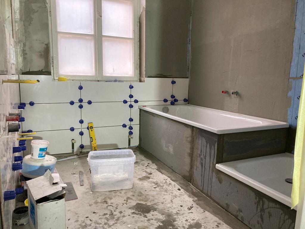weiße Fliesen verlegen für ein Badezimmer vom Fliesenexperten München
