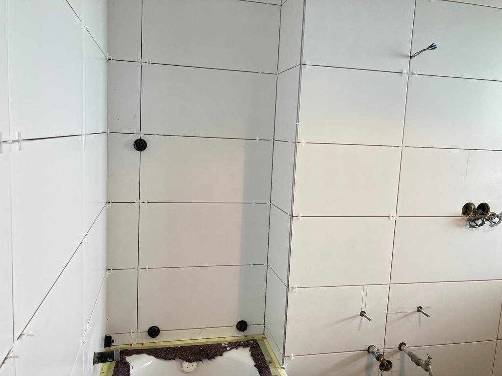 weiße Badezimmerfliesen verlegen