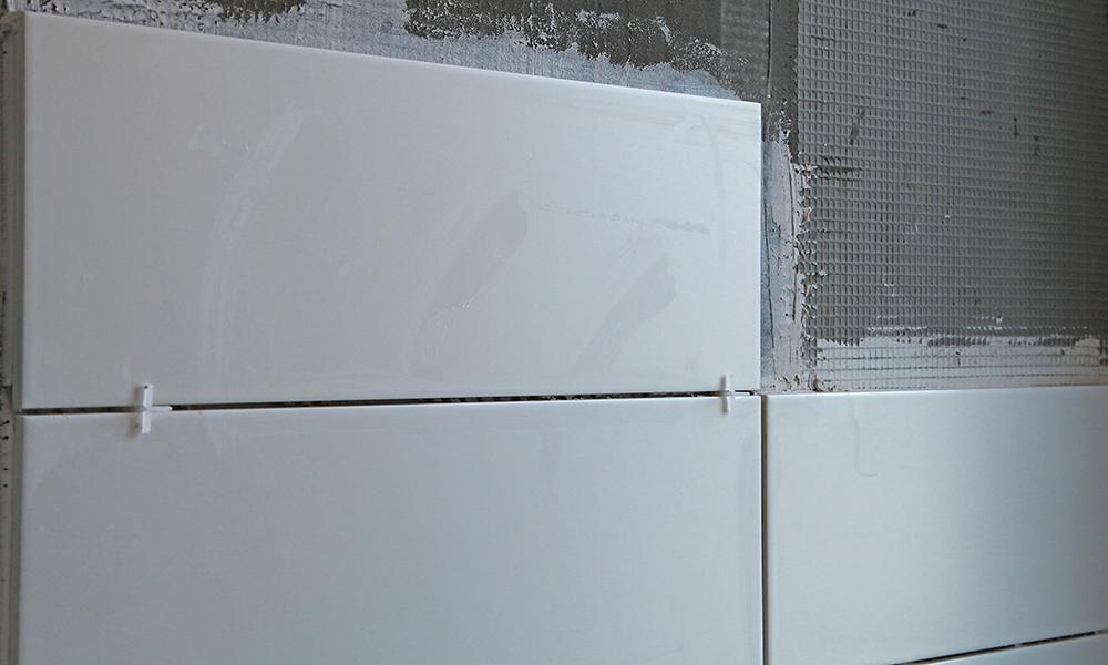 Verlegen von weißen Fliesen vom Fliesenexperten München